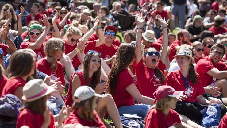 Die Jugendlichen feiern auf dem Rütli die Schweiz
