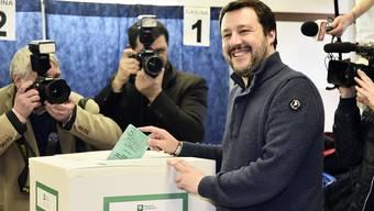 Lega-Chef Matteo Salvini am Sonntag beim Wählen in Mailand.