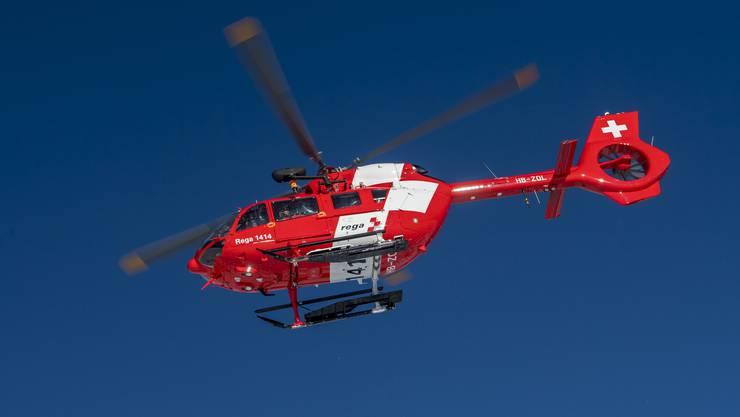 Ein Helikopter der Rega transportierte den Leichnam ins Spital. (Keystone)