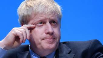 Boris Johnson (im Bild), der Favorit um das Rennen für das Amt des britischen Premierministers, bastelt zum Abschalten gerne Busse aus hölzernen Weinkisten. (Archivbild)