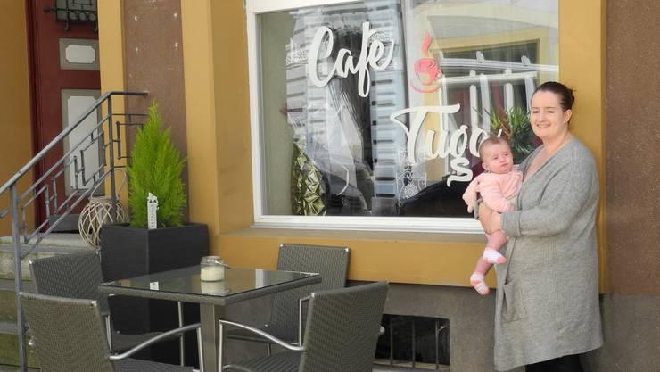 Denise Soares de Carvalho mit ihrer Tochter vor ihrem Café Tuga.