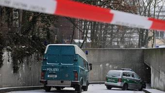 Polizeiautos vor der Tiefgarage, in der die Diebe eine Wand durchbrachen