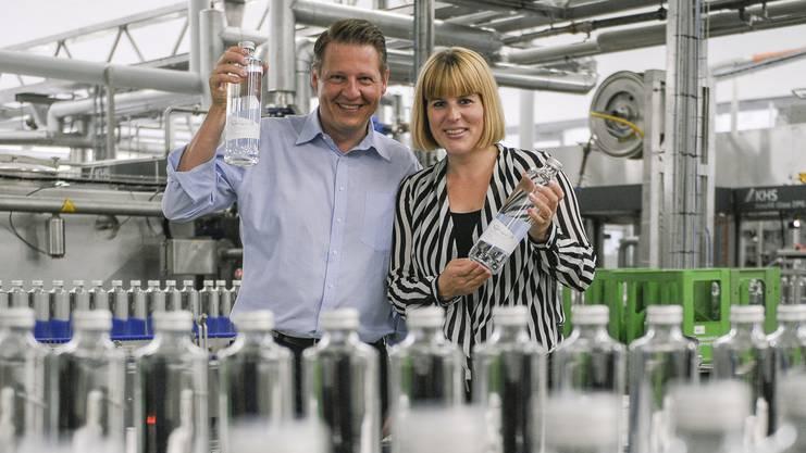 Die Mineralquellen Eptingen haben neue Glasflaschen und eine neue Abfüllanlage. Das Ehepaar Damaris und Matthias Buchenhorner zeigen die neu Anlage.