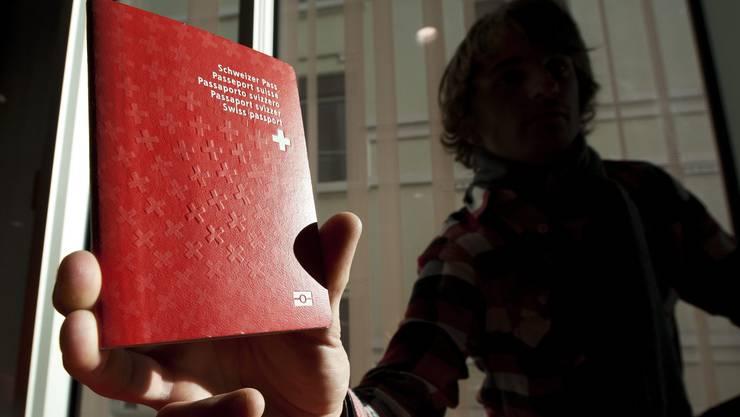 Eine Initiative aus dem Umfeld der Baselbieter SVP fordert, dass Sozialhilfebezüger den roten Pass nicht erhalten dürfen.