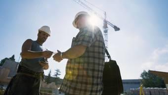 Schwarzarbeit-Kontrolle auf einer Baustelle. (Archivbild)