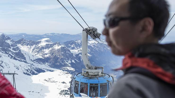 Das Corona-Virus trifft auch den Schweizer Tourismus: Ein Chinese besucht den Titlis (Archivbild).