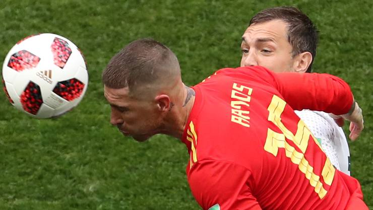 Sergio Ramos (links) hier im Kopfballduell gegen Artem Dzyuba ist nicht nur defensiv eine Bank. Er bedrängte den russischen Innenverteidiger Ignashevic dermassen, dass dieser unglücklich ins eigene Tor traf.