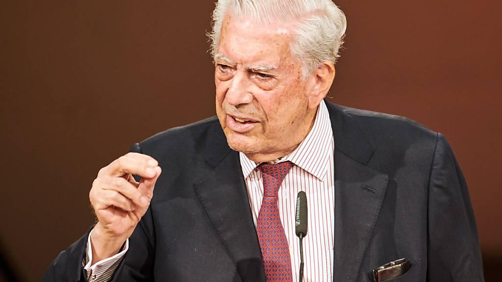 Der peruanische Schriftsteller und Literaturnobelpreisträger Mario Vargas Llosa spricht während der Eröffnung des Internationalen Literaturfestivals 2020 in Berlin. Foto: Annette Riedl/dpa