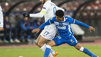 Zürichs Yassine Chikhaoui (l.) kaum vom Ball zu trennen