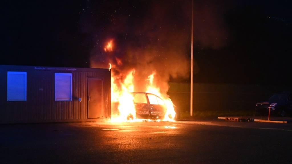 Unbekannte stecken Fahrzeug auf Feuerwehr-Übungsgelände in Brand