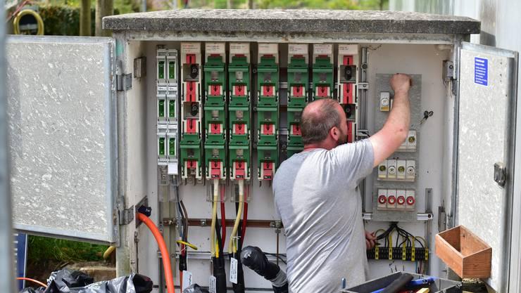 Ein Arbeiter erneuert die Komponenten an einem Verteilkasten der sbo in Olten.