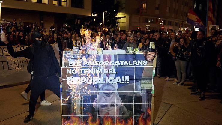 Tausende katalanische Unabhängigkeitsbefürworter demonstrierten gegen den Besuch des spanischen Königs Felipe VI. in Barcelona.