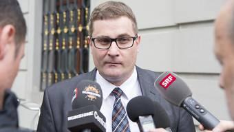 Oberstaatsanwalt Thomas Imholz vor dem Rathaus in Altdorf, wo am Montag der Prozess gegen den angeklagten Erstfelder Barbetreiber fortgesetzt wurde.