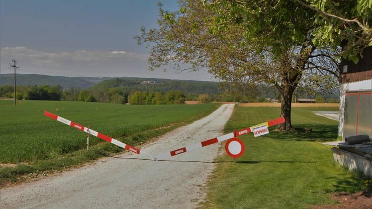 """Gesperrte Strasse: Auch dank dieser Absperrung neben der """"Fliegerlihütte"""" ist der Schleichweg nach Koblenz nur für Dorfbewohner offen."""