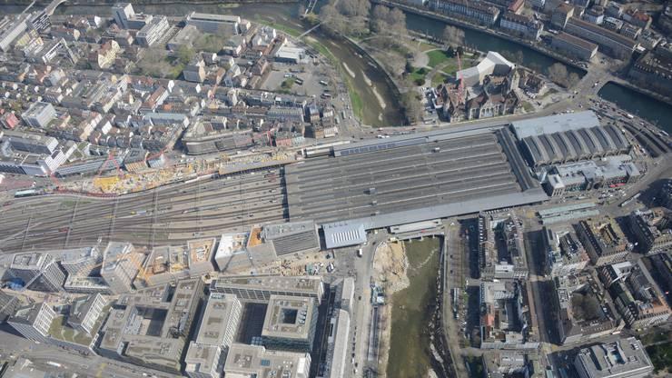 Für den Bau der Durchmesserlinie musste die Sohle des Flusses aus Hochwasserschutzgründen abgesenkt und in den Durchlässen unter dem Zürcher Hauptbahnhof (HB) ausbetoniert werden.