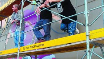 Sie sprayen 444 Dosen leer: Die Graffiti-Künstler Desan, Malik und Jones (von links) in Burgdorf. kas