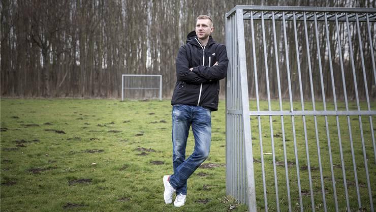 Per Mertesacker auf einem Bolzplatz in seiner Heimat Pattensen, der er noch immer sehr verbunden ist.