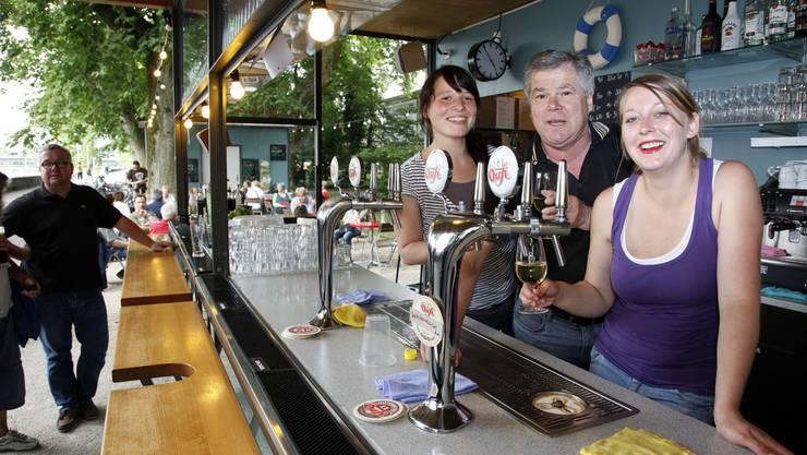 Zehn Jahre «Hafebar» - Bruno Walter (geistiger Vater der Hafebar) feiert mit Nicole Plüer (l.) und Stefanie Probst als Betriebsleiterinnen. (Foto: Hanspeter Bärtschi)