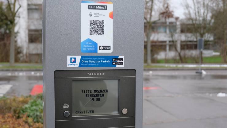 In Dietikon – hier zum Beispiel bei der Stadthalle – kann man die Parkuhren seit 2018 digital bezahlen.