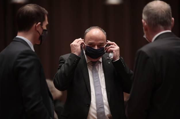 Landammann Markus Dieth zieht sich eine schwarze Maske über, wenn er den Abstand nicht einhalten kann. So wie er es auch bei der Ehrung von AGV-Präsident Kurt Schmid machte.