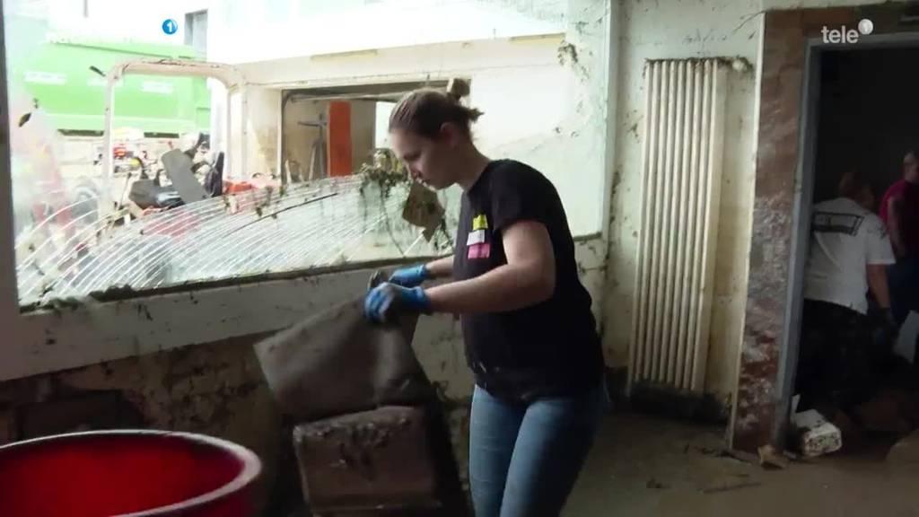 Aufräumarbeiten nach Überflutungen in Einsiedeln