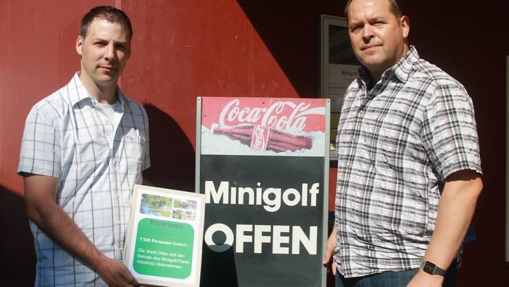 Als Michael Lutz und Peter Arber (rechts) von der Minigolf Kleinholz AG im September 2013 die Petition zum Erhalt ihrer Anlage bei der Stadt Olten einreichten, waren sie noch guter Hoffnung.