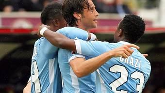 Lazios Mauri (Mitte) wird nach seinem Penalty-Tor bejubelt.