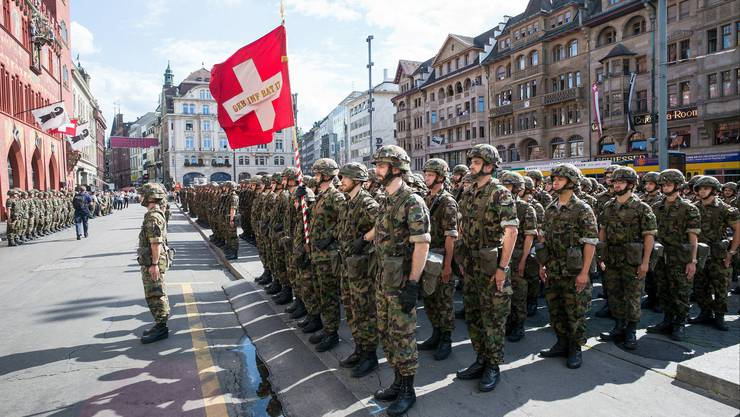 Die Fahne des Gebirgsinfanteriebataillons 17 weht stolz im Wind.