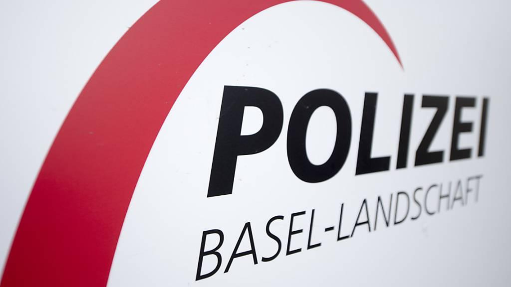Eine Patrouille der Kantonspolizei Baselland hat am Samstagabend in Reinach zwei Jugendliche dingfest gemacht, die mit einem mutmasslich gestohlenen Lieferwagen Fahrerflucht begangen haben. (Archivbild)