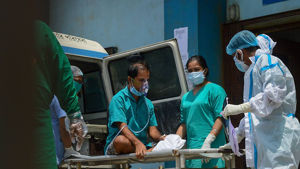 Ein Corona-Patient wird von einem Krankenwagen auf die Intensivstation eines Krankenhauses transportiert. Indien verzeichnete in den vergangenen Tagen mehrfach weltweite Höchstwerte von neuen Corona-Fällen. Foto: Debarchan Chatterjee/ZUMA Wire/dpa