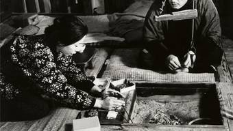 Kyoko Kishida und Eiji Okada in Hiroshi Teshigaharas Meisterwerk «Die Frau in den Dünen». Trigon Film