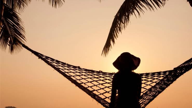 Palmen, ruhiges Meer und ein Sonnenuntergang: Viele Fricktaler haben Sommerferien am Strand gebucht.