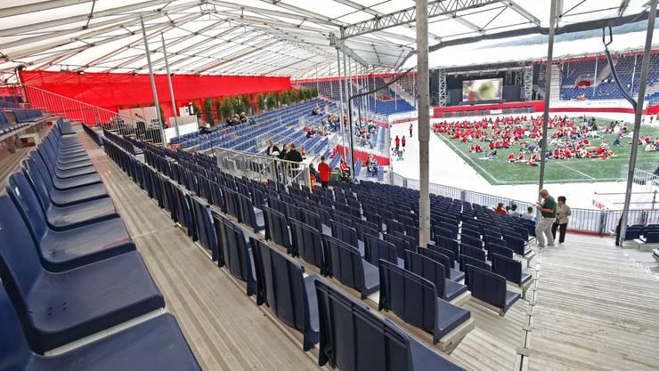 Finanzdebakel: Auch die Übertragung des Spiels Spanien-Schweden fand im 9. Stadion von Bubendorf vor fast leeren Rängen statt. Die rotgekleideten Zuschauerinnen auf dem Rasen sind keine zahlenden Gäste, sondern ein Teil der Streetdancerinnen des Vorprogramms.