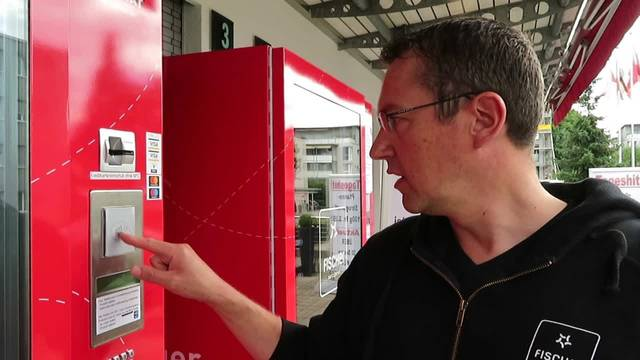 Remo Meier erklärt, wie die Idee zur Metzger-Box vor der Metzgerei Fischer in Langendorf entstand und wie sie funktioniert