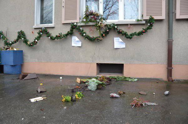 Die liebevolle Weihnachtdekortation liegt zerstört am Boden