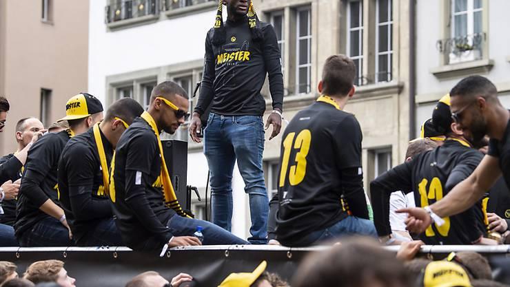YB-Spieler und Fans feiern anlässlich des Meisterumzuges am Sonntag in der Berner Altstadt