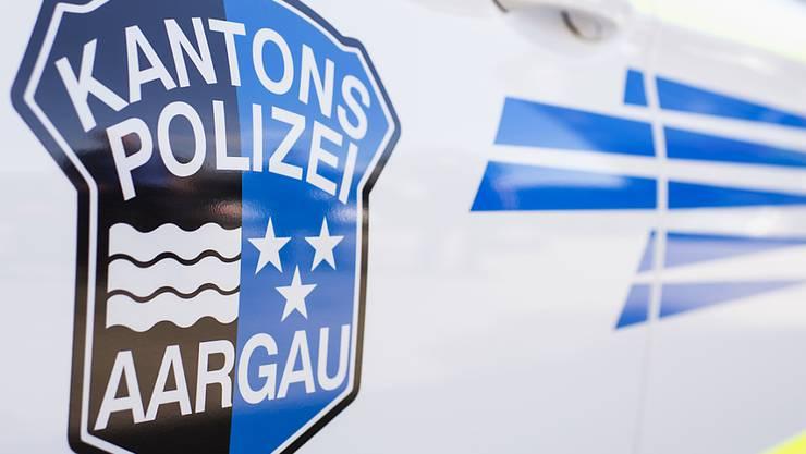 Neben der Kantonspolizei, die zur Tatbestandsaufnahme ausrückte, war auch ein Feuerwehraufgebot nötig, da Benzin ausgelaufen war. (Archivbild)