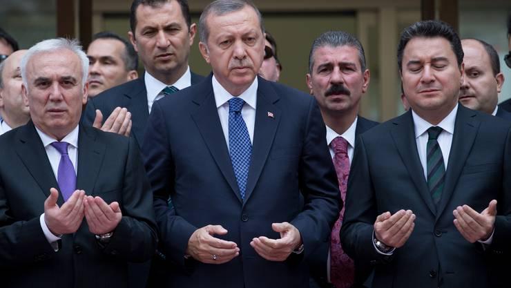 Da war die Welt für den türkischen Präsidenten noch in Ordnung: Im Mai 2015 betete Erdogan (Mitte) mit Ali Babacan (rechts) bei der Eröffnung einer Bank in Istanbul.