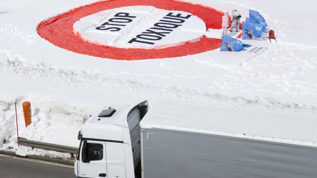 Mit ihrer Aktion auf dem Simplon fordert die Alpen-Initiative ein Verbot von Gefahrguttransporten über den Pass.