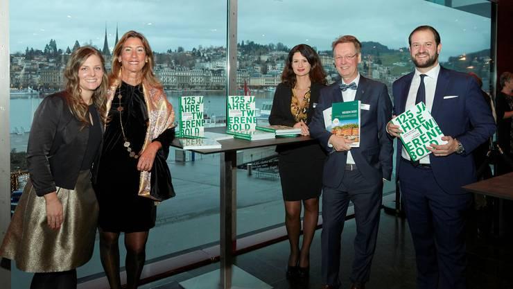 Andrea und Nazly Twerenbold, Belinda Schott (Leiterin Pauschalreisen), Geschäftsführer André Wildberger und Firmeninhaber Karim  Twerenbold (v. l.) präsentieren in Luzern stolz das Jubiläumsbuch und den Spezialkatalog.