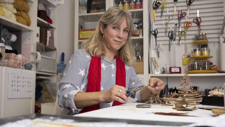 Nicole Hafner bastelt in ihrer Werkstatt zu Hause verschiedene Deko-Artikel.