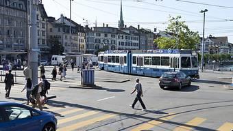 Am Mittwochnachmittag touchierte am Zürcher Central ein Tram einen Fussgänger. (Archiv)
