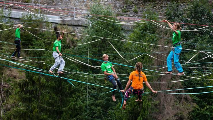 Bei der jungen Trendsportart «Highline» werden Kunstfaser-Bänder bis zu mehrere hundert Meter über dem Boden aufgespannt.