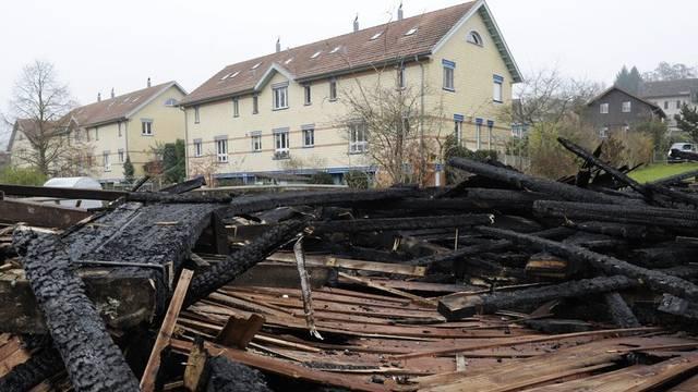 Ein ausgebrannter Reitstall in Elgg (Archiv)