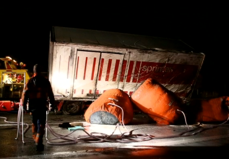 Verunfallter Lastwagen bei Subingen mit Luftkissen geborgen