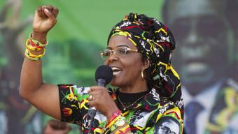Simbabwes First Lady Grace Mugabe hat eine Frau verprügelt, die mit ihren, Mugabes, Söhnen um die Häuser gezogen ist. (Archivbild)