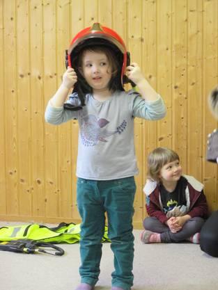 Elin will wie ihr Papi auch mal zur Feuerwehr… Helm wird schon mal aufgesetzt...