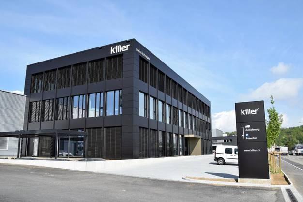 Der Neubau mit der matt-schwarzbraunen Fassade steht an der Industriestrasse.