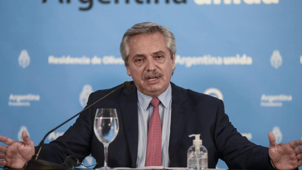ARCHIV - Alberto Fernandez, argentinischer Präsident, spricht bei einer Pressekonferenz. Foto: Maria Eugenia Cerutti/Presidencia/telam/dpa