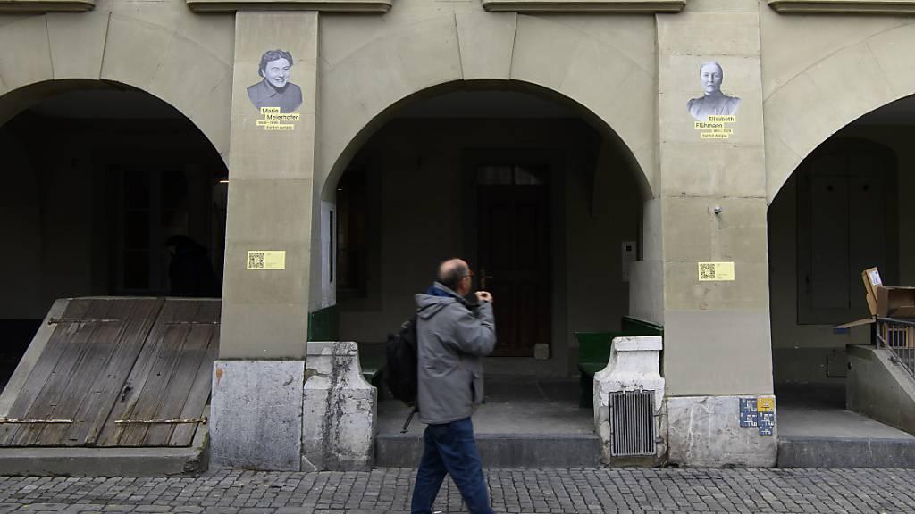 Ein Passant blickt zu den Porträts von Marie Meierhofer (links) und Elisabeth Flühmann auf.